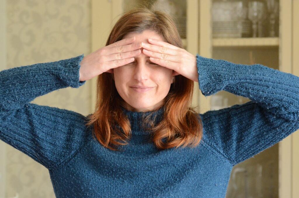 Nejjednodušší varianta pozice rukou pro protistresové dechové cvičení bhrámarí (čmelák).