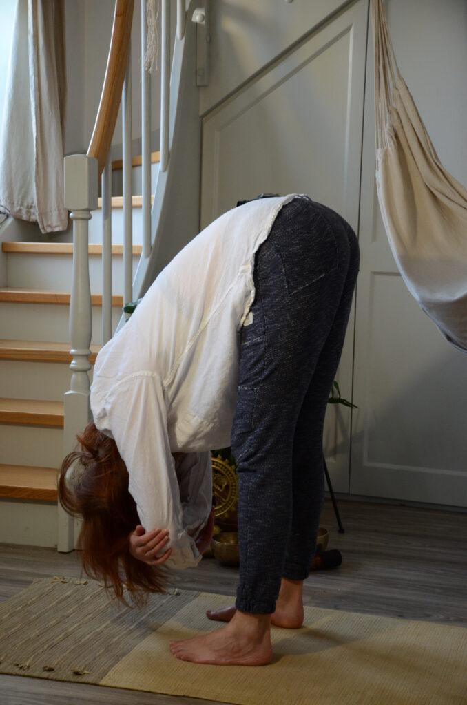 Hluboký předklon - jógová pozice proti stresu